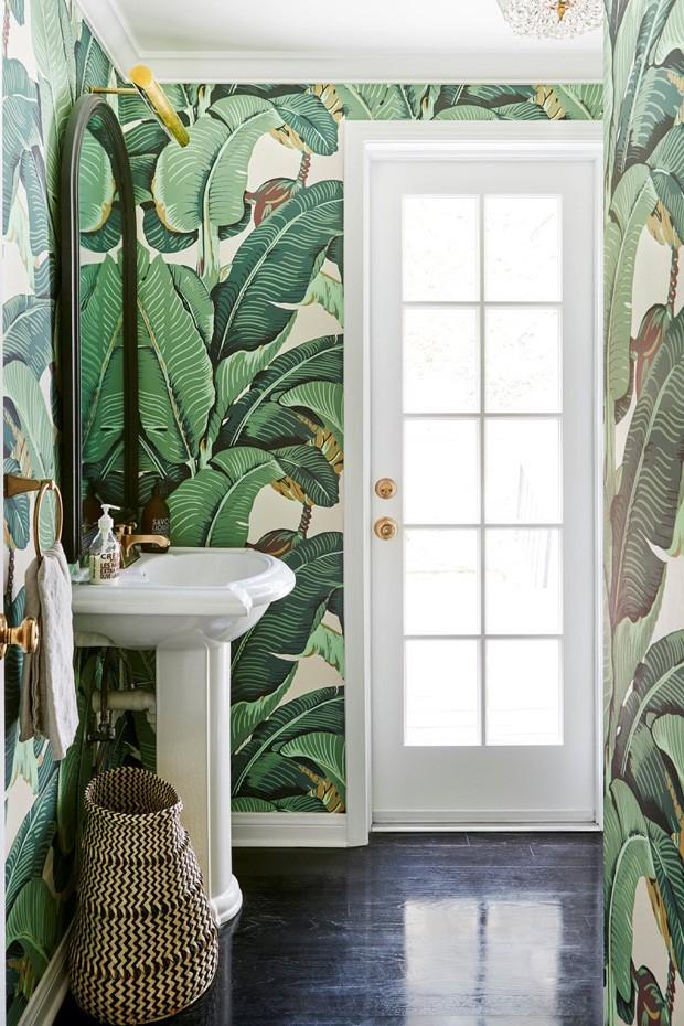 Décor do dia: lavabo com papel de parede de bananeiras (Foto: reprodução)