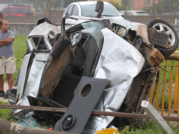Quatro pessoas morreram após o motorista do carro perder o controle do veículo e capotar no canteiro lateral da Via Dutra, em Guarulhos, na madrugada deste domingo (7) (Foto:  (Luiz Guarnieri / Brazil Photo Press / Estadão Conteúdo))