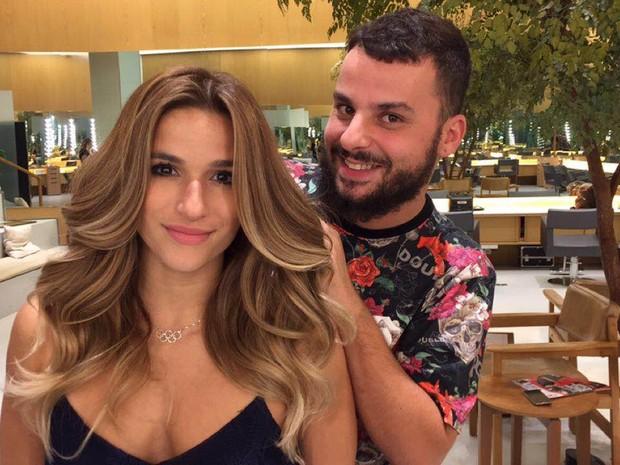 Jade Barbosa e o hair stylist Otávio Lameiro em salão na Zona Oeste do Rio (Foto: Divulgação)
