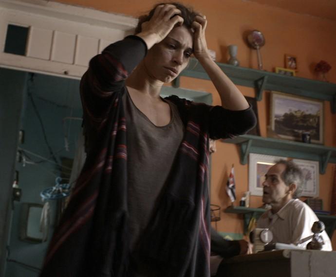 Larissa vai descobrir que não tem mais onde dormir (Foto: TV Globo)