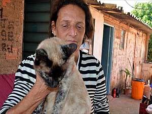 Neusa Rodrigues e a gata Nina (Foto: Luciano Calafiori/G1 Campinas)