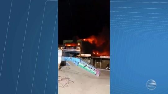 Incêndio atinge mercado na Praça da Igreja, em Serrinha; assista ao vídeo