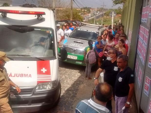 Ambulância é acionada para socorrer presos ferido durante rebelião em Teresina (Foto: Gustavo Almeida/ G1)