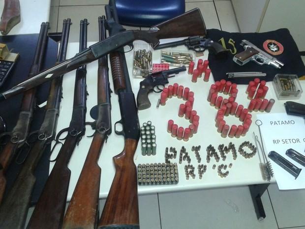 Armamento foi encontrado no imóvel (Foto: Divulgação/Polícia Militar)