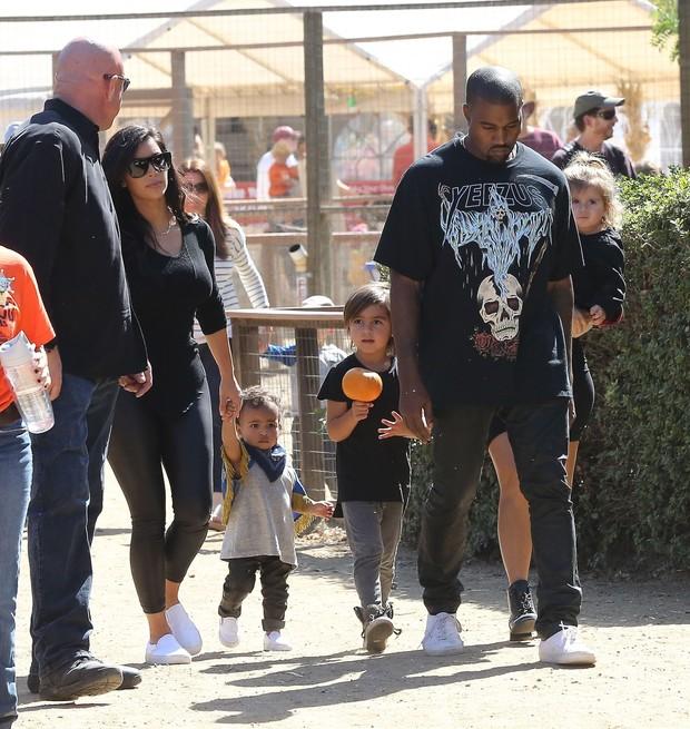 Kim Kardashian e Kanye West com Nori (Foto: Agência X17)
