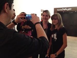 Isadora Faber posou para fotos com pessoas da plateia (Foto: Ana Carolina Moreno/G1)