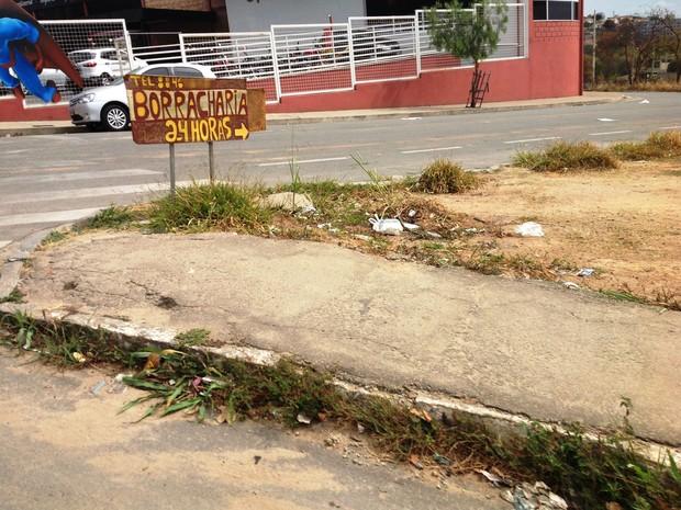 No Bairro Davanuze, calçada que não segue após esquina obriga pedestres a caminharem por rua (Foto: Ricardo Welbert/G1)