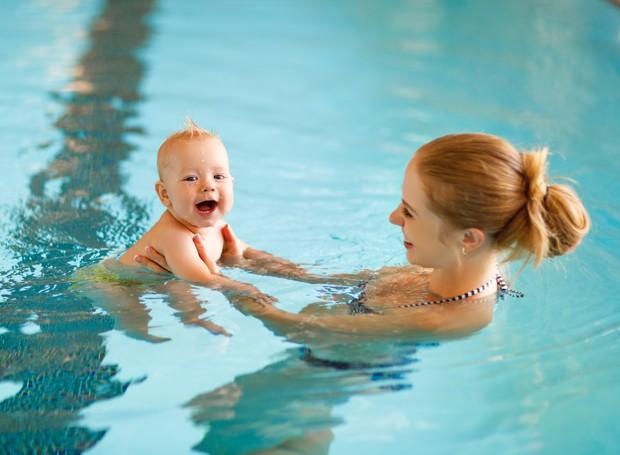 O bebê pode se beneficiar muito da aula de natação (Foto: Thinkstock)