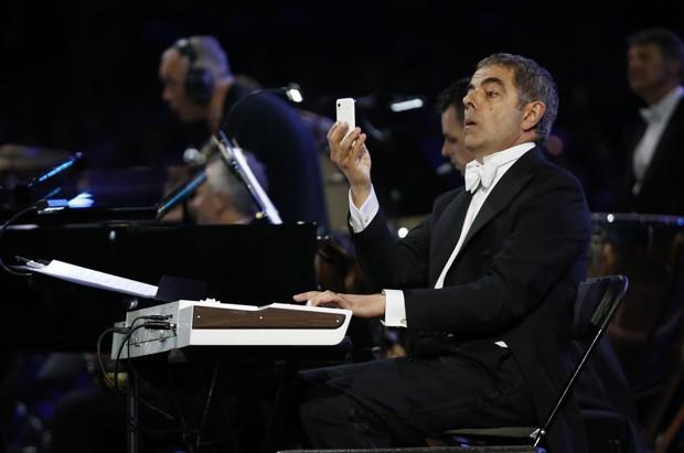 O ator Rowan Atkinson, famoso pelo personagem Mr. Bean, também participou da abertura (Foto: AP)