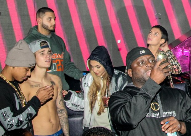 Justin Bieber em boate de Miami antes de prisão (Foto: AKM-GSI BRASil)
