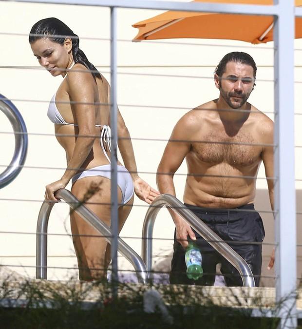 Eva Longoria com o namorado, Jose Antonio Baston, em piscina de hotel em Miami, nos Estados Unidos (Foto: Grosby Group/ Agência)