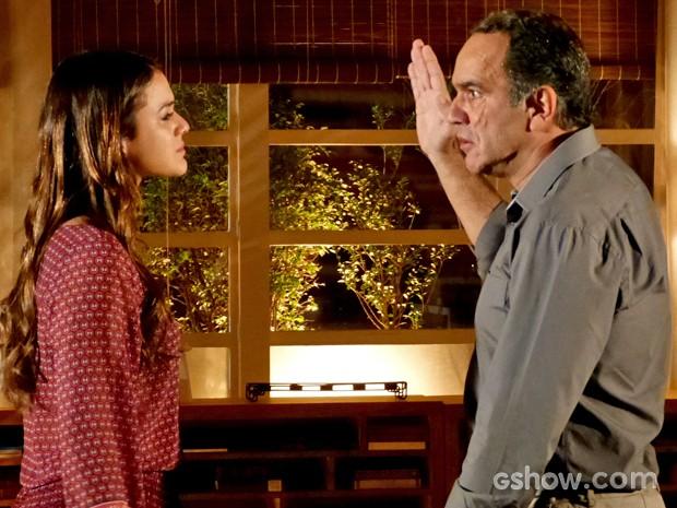Virgílio levanta a mão para Luiza (Foto: Em Família / TV Globo)