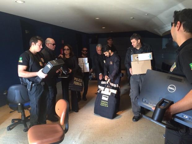 Computadores foram levados para a sede da PF, em SP (Foto: Will Soares/G1)