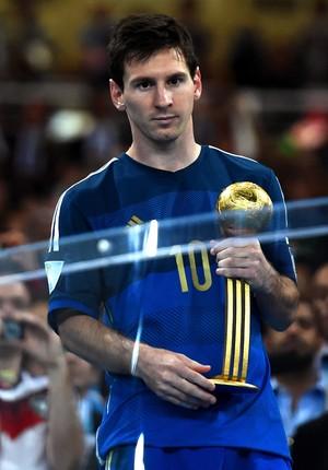 No Maracanã, Messi exibe a Bola de Ouro da Copa do Mundo de 2014 (Foto: Getty Images)