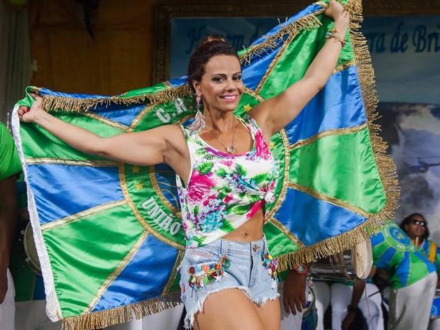 Viviane faz pose com a bandeira da União de Santa Teresa (Foto: Artur Meninea/ Gshow)