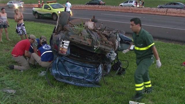 Motorista morre e passageiro fica ferido em capotamento na BR-277, em Foz do Iguaçu (Foto: Reprodução / RPC)