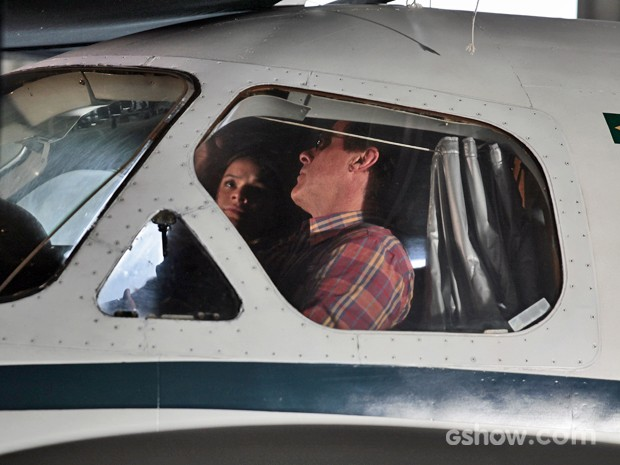 Helena viaja com Ramiro para Esperança (Foto: Pedro Curi / TV Globo)