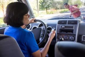 Distração ao volante (Foto: Shutterstock)