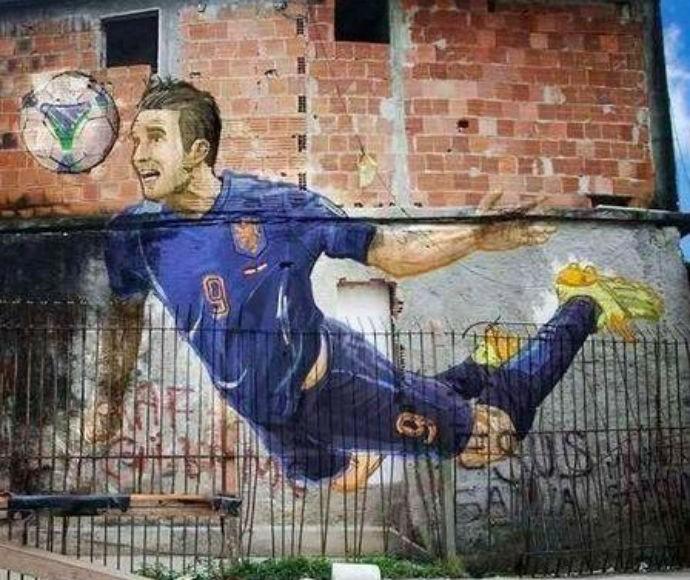 Van Persie em muro de favela no Rio