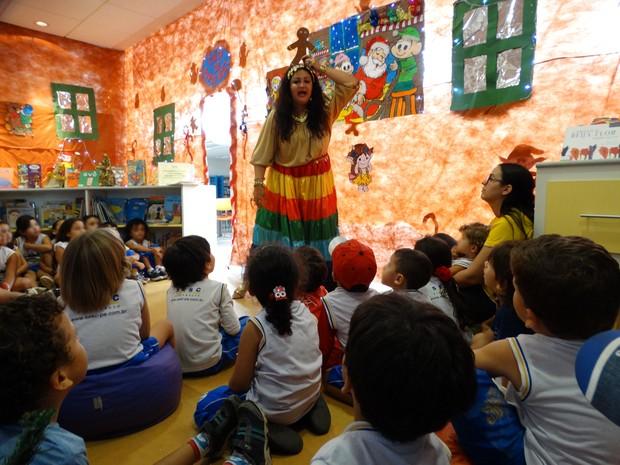 Gabriela Kopinits como a 'Ciagana contadora de histórias' se apresentando para as crianças em uma escola (Foto: Joalline Nascimento/ G1)