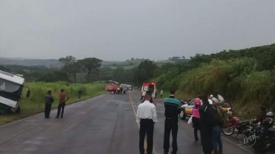 Homem morre em batida entre carro e caminhão na MG-146, em Juruaia, MG