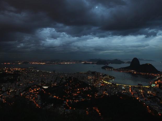 Nuvens de chuva vistas do Mirante Dona Marta, em Botafogo, Zona Sul do Rio de Janeiro. Prefeitura pede as pessoas que fiquem atentas a uma possivel tempestade na cidade (Foto: Márcio Mercante/Agência o Dia/Estadão Conteúdo)