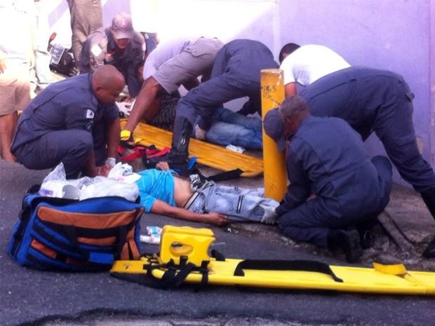 Acidente entre moto e carro deixa dois feridos em Varginha, MG (Foto: Carla Cazelato)