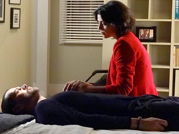 Fernando inventa para Miriam que continua sem movimento nas pernas (Foto: Amor Eterno Amor / TV Globo)