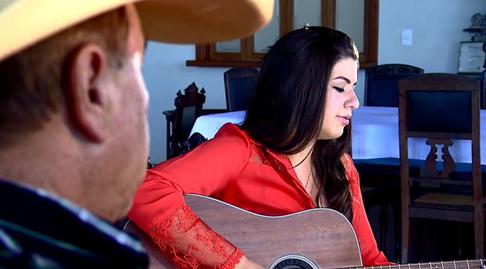 Sálima Silveira tem 14 anos e, com o apoio do pai, canta e toca violão (Foto: reprodução EPTV)