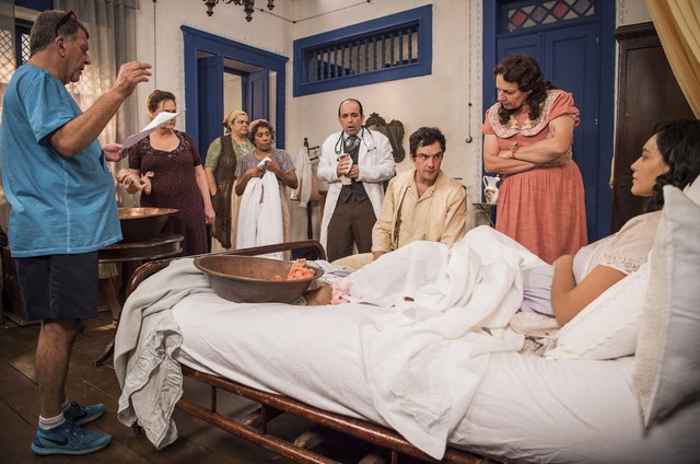 Jorge Fernando dirigie a cena do nascimento do filho do Candinho (Sergio Guizé) e da Filomena (Debora Nascimento) (Foto:  Globo/ Caiuá Franco)