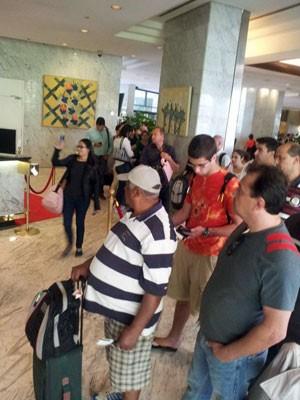 Imagem mostra passageiros do voo da Delta em um hotel de Caracas esperando informações sobre o voo (Foto: Kátia Honada/Arquivvo pessoal)