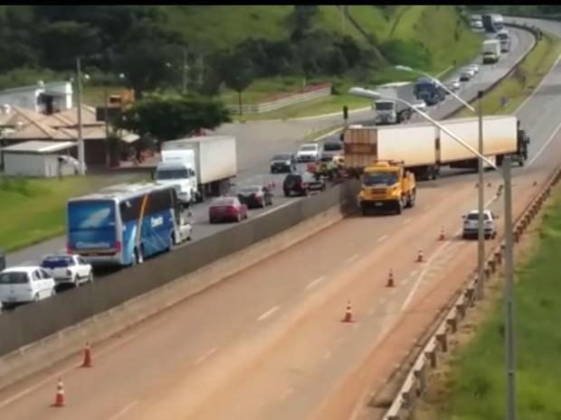 Interdição BR-381, Fernão Dias, Estiva, caminhão bate em passarela (Foto: Reprodução/ PRF)