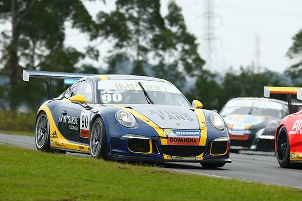 O Porsche do piloto JP Mauro perdia duas posições para Ricardo Baptista e Paludo (Foto: Divulgação/Luca Bassani)