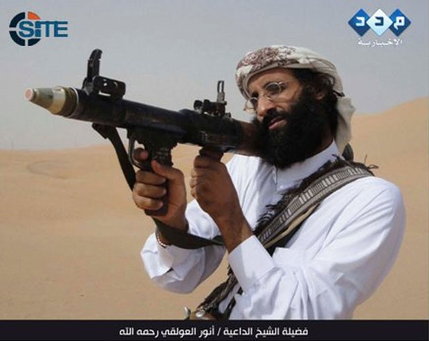 Anwar al-Awlaki aparece no vídeo usando armamentos (Foto: AFP/Site Intelligence Group)