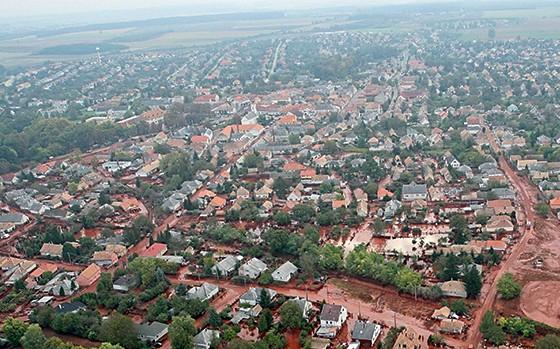 Vista de Ajka, na Hungria, onde um vazamento de rejeitos  de alumínio contaminou o Rio Danúbio (Foto: Gyoergy Varga/MTI/AP)