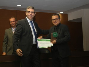 Almir Salles, orientador do Gesec, na entrega do prêmio Capes Natura (Foto: Natália Morato/CCS-Capes)
