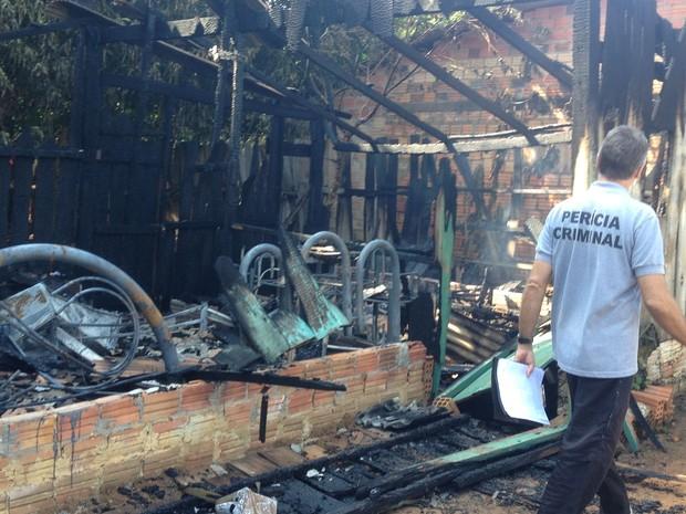 A perícia esteve na casa que foi totalmente destruída para descobrir as causas do incêndio. (Foto: Júnior Freitas/G1)