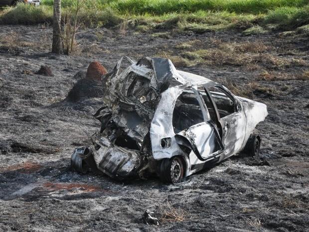 Mãe e dois filhos morreram com o impacto da batida (Foto: Marcos Tomé/Região News)