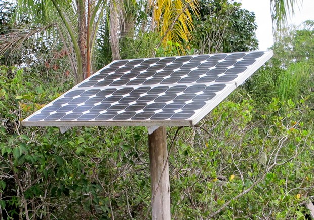 Energia solar é alternativa para obter eletricidade em meio à reserva ambiental (Foto: Mariane Rossi/G1)