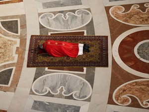 O Papa Francisco reza deitado no chão da Basílica de São Pedro durante celebração da Paixão de Cristo, no Vaticano (Foto: Stefano Rellandini/AFP)