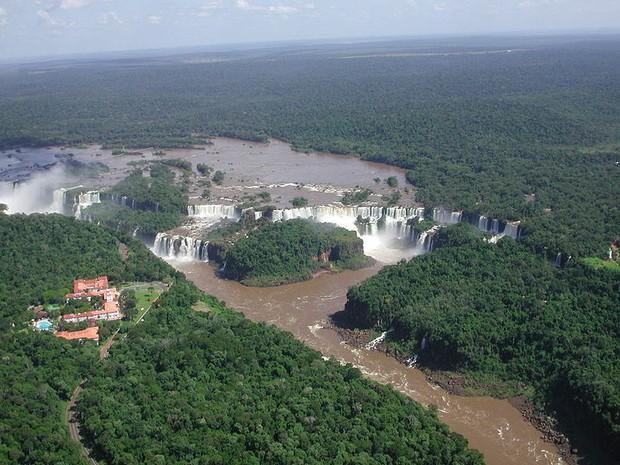 Vista aérea do Parque Nacional do Iguaçu. As cataratas estão rodeadas por um dos mais preciosos remanescentes de Mata Atlântica (Foto: Christopher Meyer/Wikimedia Commons)