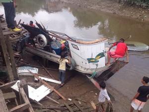 Carcaça da embarcação no porto do bairro Pedrinhas (Foto: Abinoan Santiago/G1)