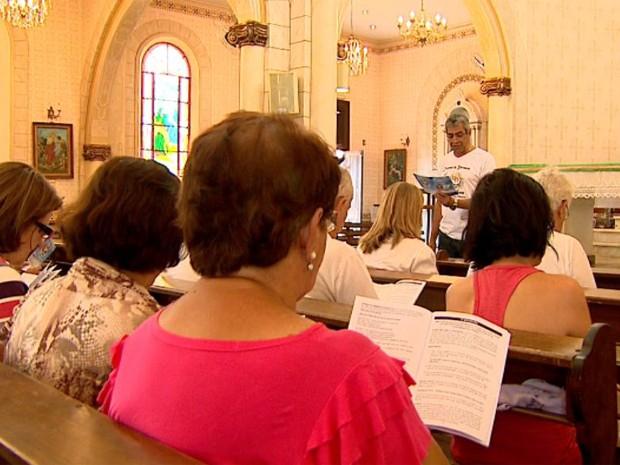 Paroquianos de Barretos, SP, estudam a cartilha sobre o voto consciente (Foto: Claudio Oliveira/EPTV)