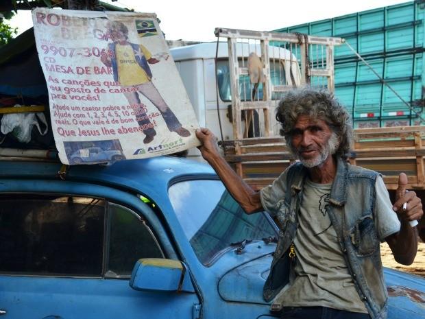 Há dois anos, Roberto Brega mora dentro de um fusca e sonha com o lançamento de seu CD. (Foto: Eliete Marques/G1)