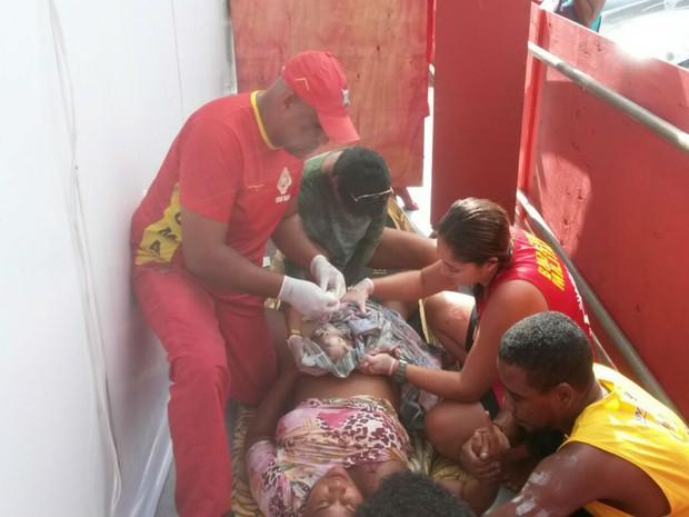 Mulher dá à luz no circuito do carnaval, em Salvador (Foto: Divulgação / Bombeiros)