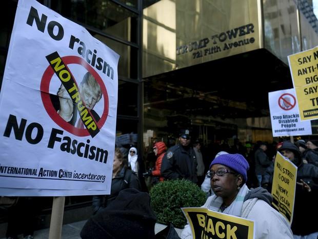 Manifestantes protestam em frente ao escritório de Trump. (Foto: Eduardo Munoz/Reuters)