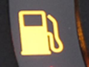 Fique atento ao aviso de combustível baixo (Foto: Caio Kenji/G1)