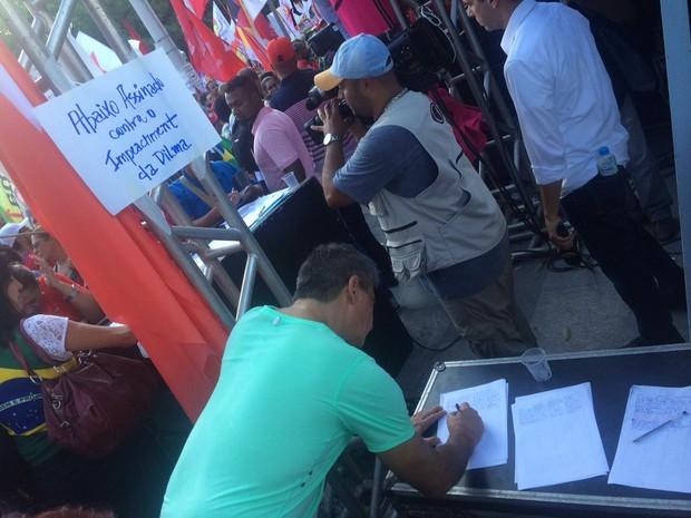 Abaixo assinado contra o impeachment de Dilma (Foto: Daniel Silveira/G1)