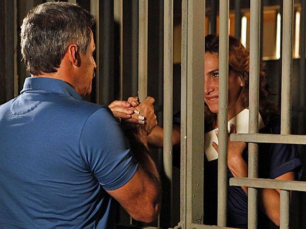 Wanda finge estar emocionada com a atitude de Nunes (Foto: Salve Jorge/TV Globo)