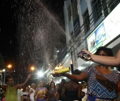 Foliões de Campos brincaram na tradicional Batalha de Confete (Foto: Rofolfo Lins)